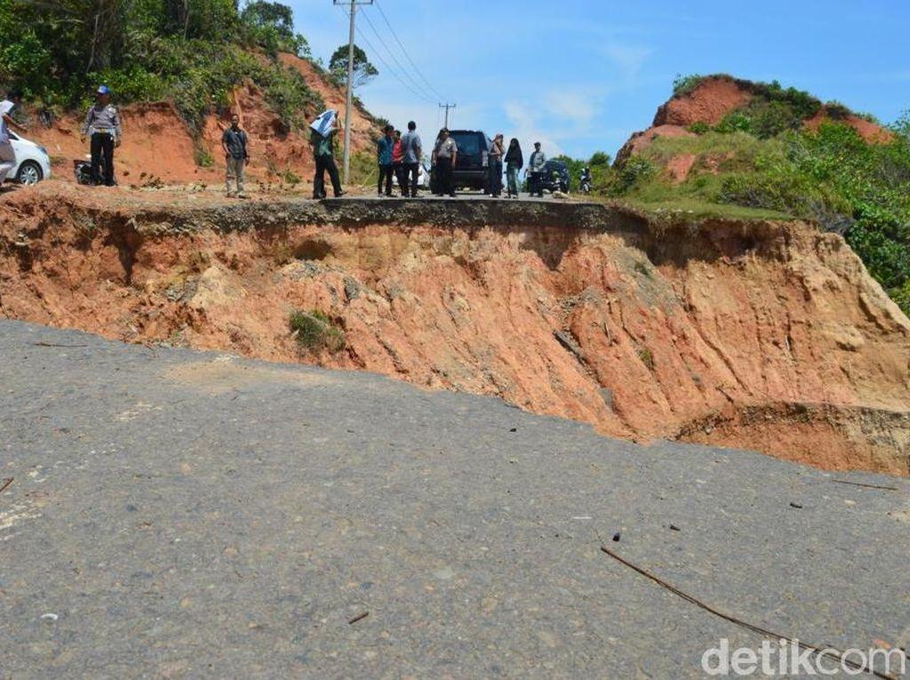 Pemerintah Gerak Cepat Perbaiki Jalan Longsor di Bengkulu Utara
