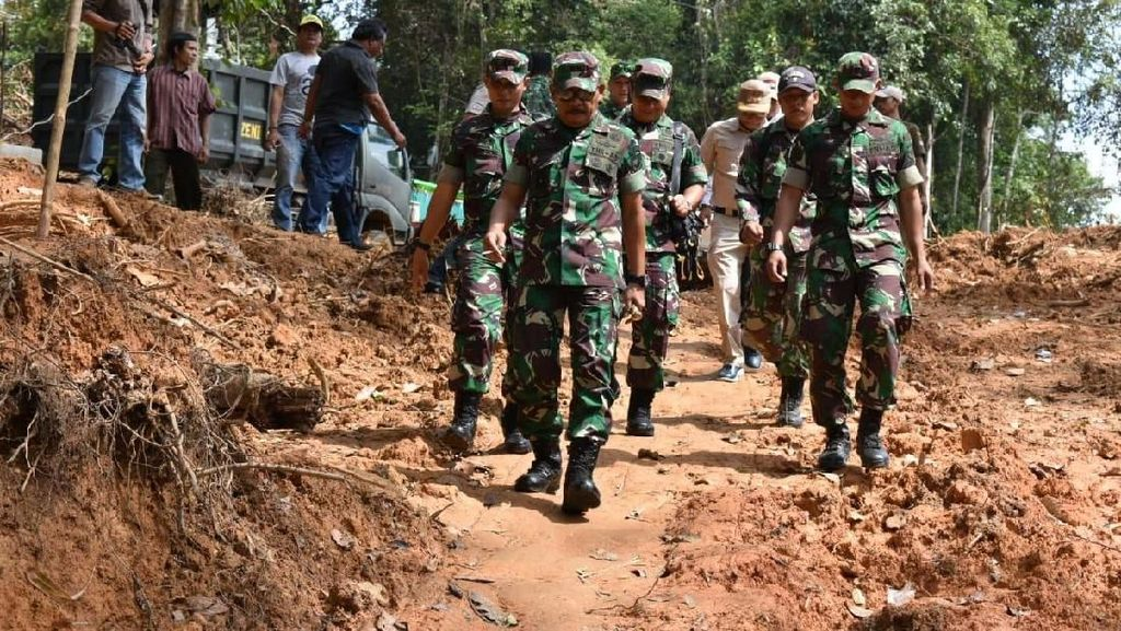 Mayjen TNI Achmad Supriyadi Tinjau Karya Bakti di Desa Batu Lapis