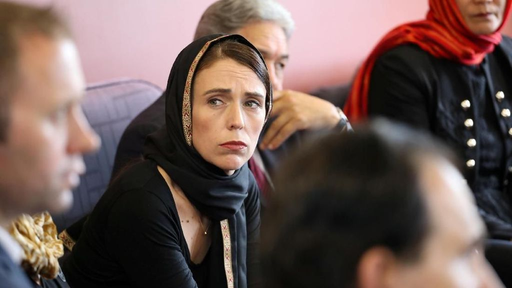 Potret PM New Zealand Berkerudung Saat Temui Keluarga Korban Teror