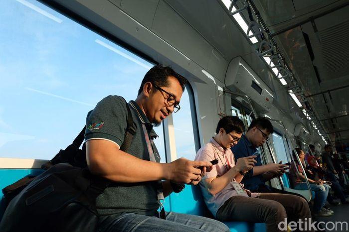 Akses internet di MRT Jakarta. Foto: Agus Tri Haryanto/inet