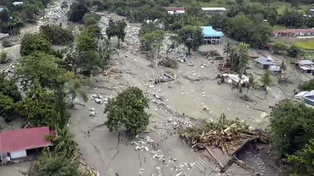 TNI Amankan Peti Uang Gereja yang Terseret Banjir Sentani
