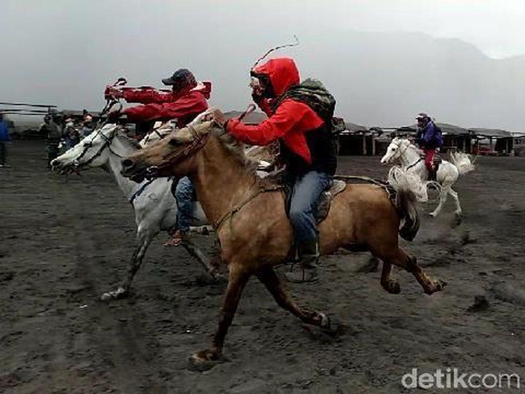 Foto: Balapan Kuda di Gunung Bromo, Seru!