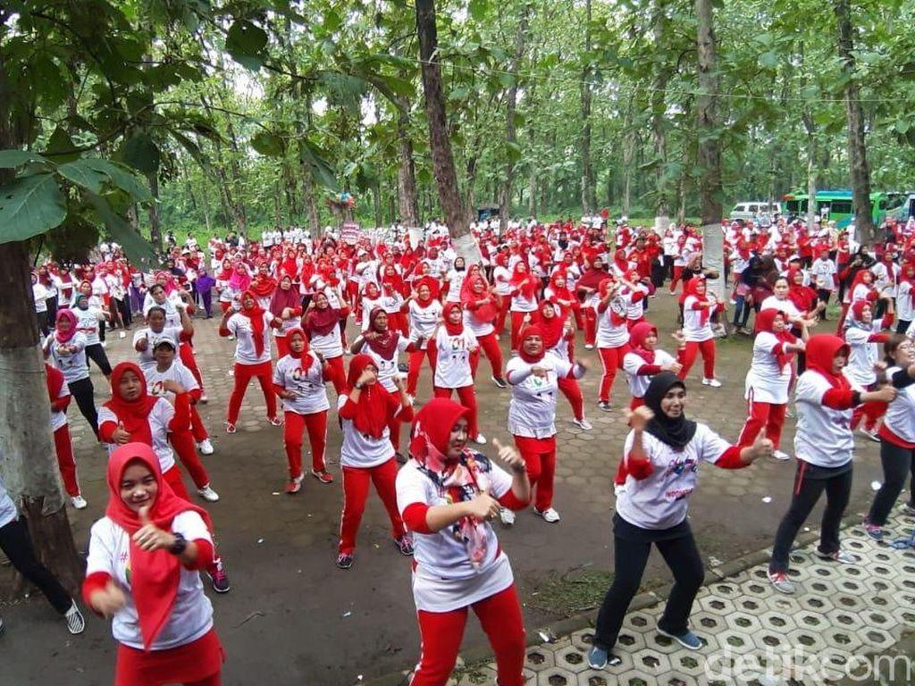 Tim Pemenangan Jokowi Ajak Warga Goyang Jempol di Hutan Keramat