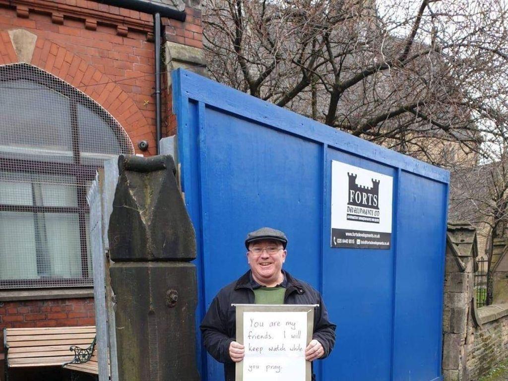 Pria Inggris Berdiri di Depan Masjid: Aku akan Menjaga Saat Kamu Berdoa