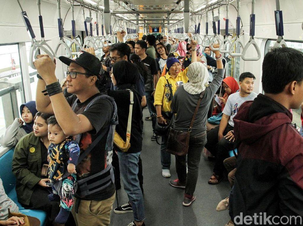 Begini Antusias Warga Jajal MRT di Hari Libur