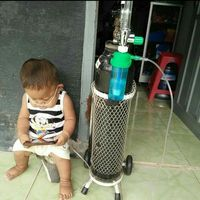 Raka harus terus mengenakan oksigen.