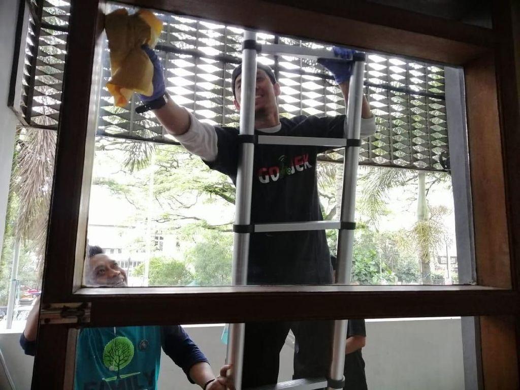 Patut Ditiru! Sopir Gojek Bersih-bersih Masjid di Bandung