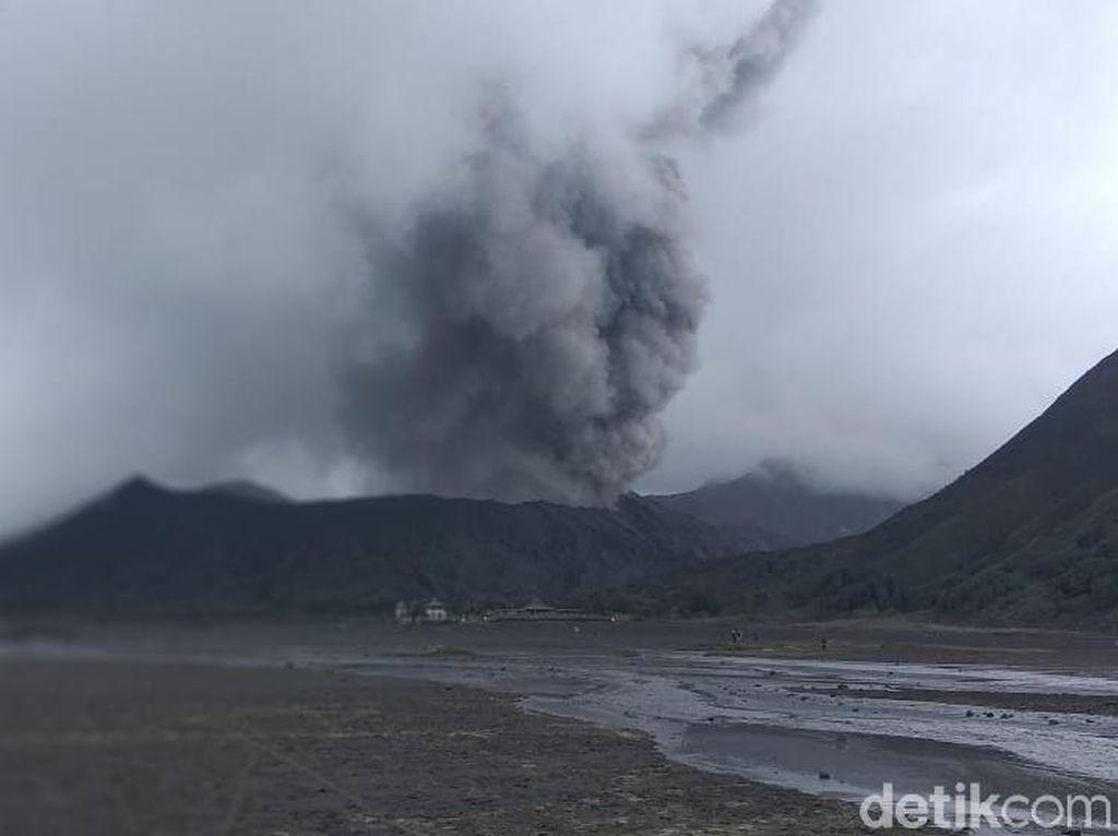Bromo Semburkan Abu Vulkanik, Wisatawan Jaga Jarak Aman