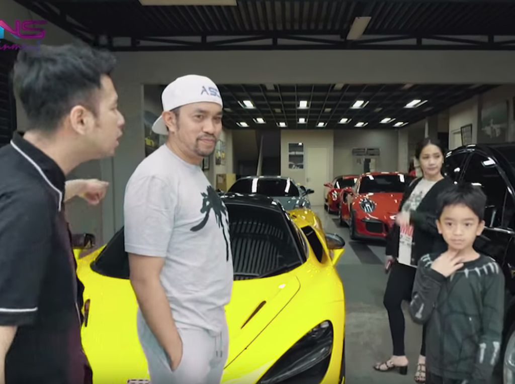 Crazy Rich Tanjung Priok Parkir Ferrari cs di Gang Sempit