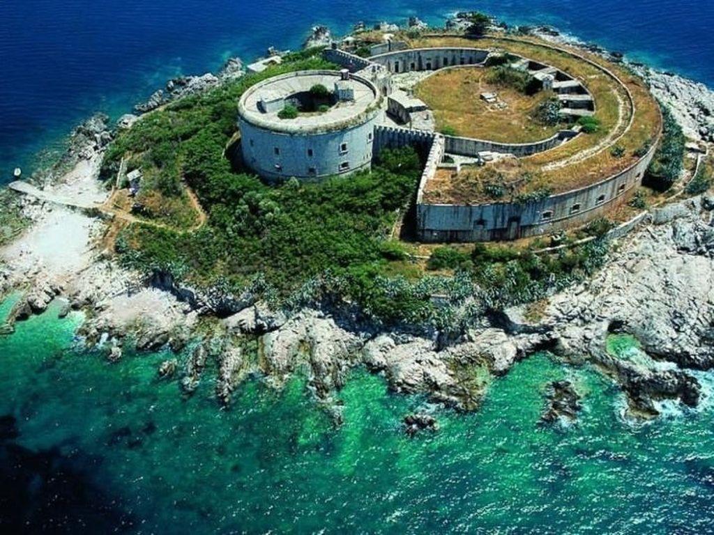 Foto: Pulau Angker Bekas Penjara yang Akan Jadi Resort Mewah