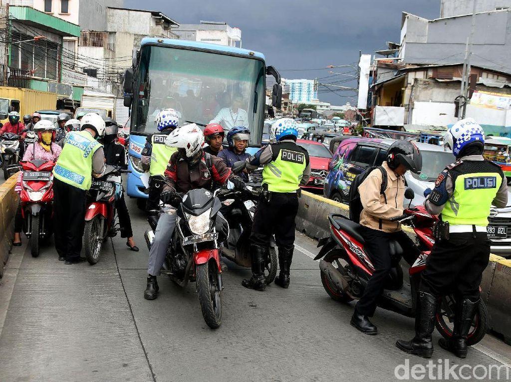 Terobos Jalur Busway di Jatinegara Puluhan Pemotor Ditilang