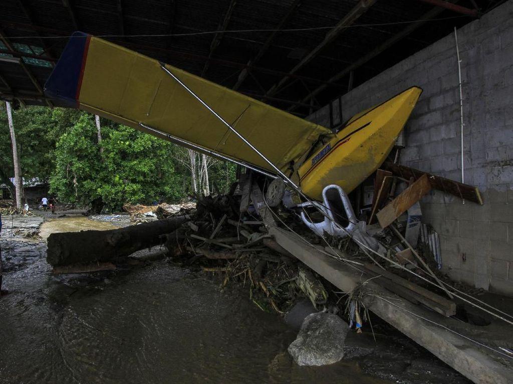 Pesawat dan Mobil Rusak Akibat Banjir Bandang di Papua