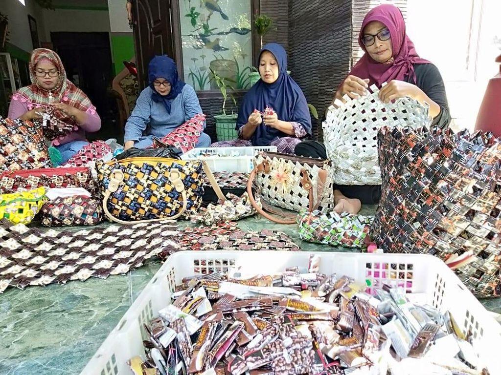 Cerita Emak-emak Sidoarjo yang Daur Ulang Sampah Bungkus Kopi