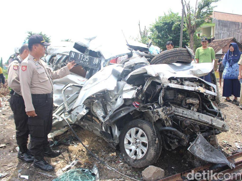 KA Penataran Surabaya-Blitar Seruduk Mobil, Satu Orang Luka