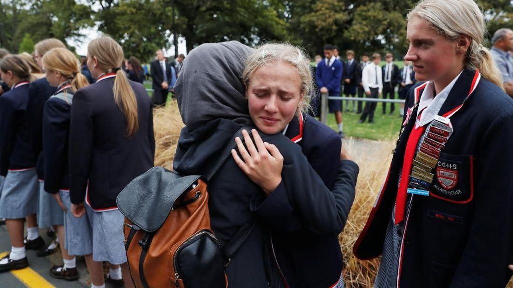 Pelukan Hangat untuk Keluarga Korban Penembakan di Selandia Baru