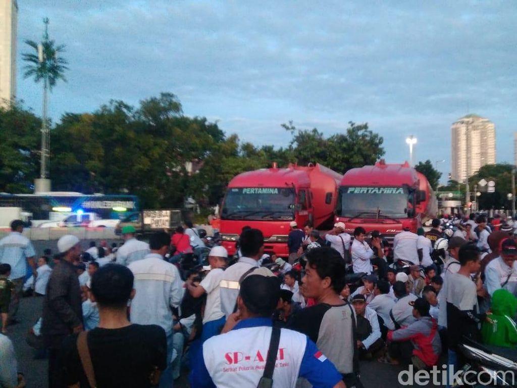 Masih di Monas, Mobil Pertamina yang Dibajak Pendemo Sudah Dikuasai Polisi