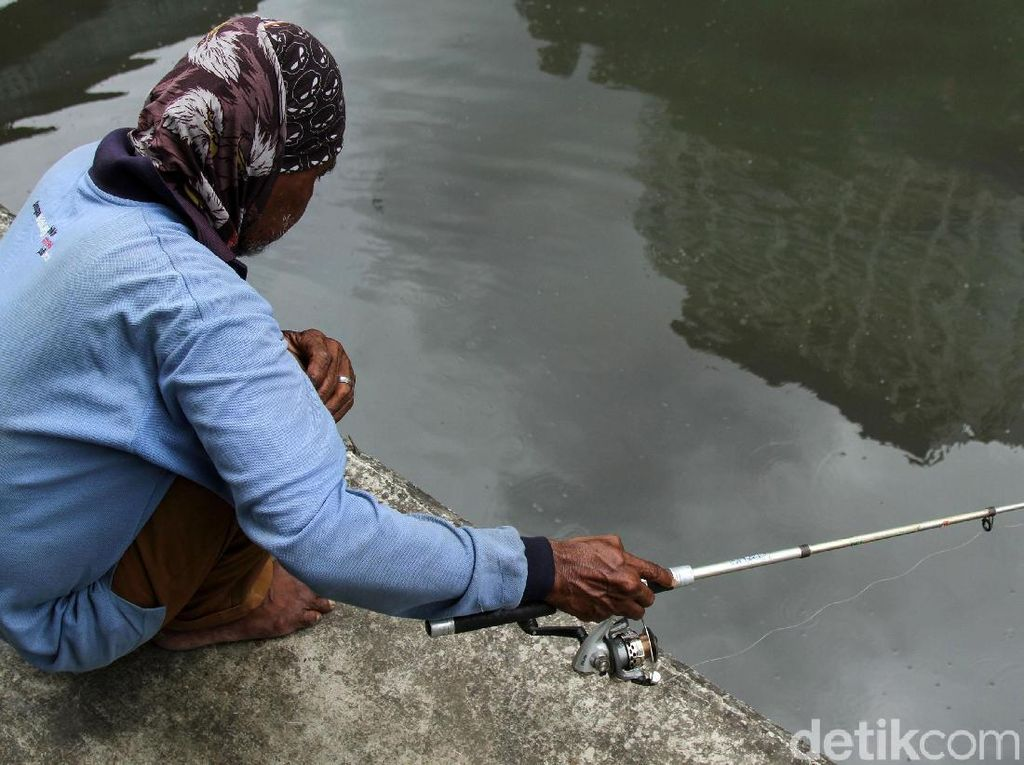 Aksi Warga Ramai-ramai Mancing Ikan di Kali Gunung Sahari