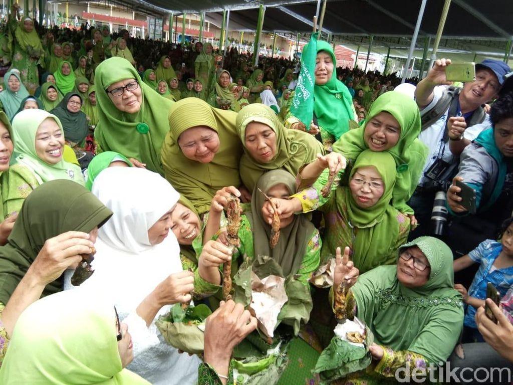 Makan Berlauk 19.824 Lele Pecahkan MURI di Harlah Muslimat NU Kediri