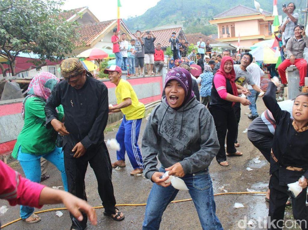 Heboh, Warga Cikole Bandung Barat Saling Lempar Susu dan Kopi Luwak