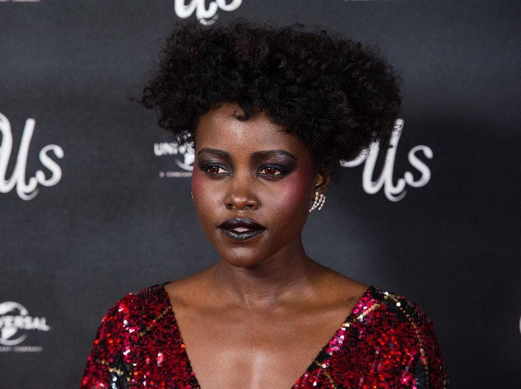 Tampil Beda, Lupita Nyongo Bermata Merah di Premier Film