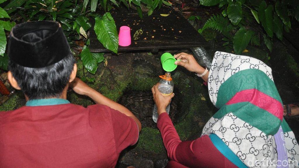 Foto: Mata Air Rasa Soda & Mitos Lancar Rejeki di Kudus