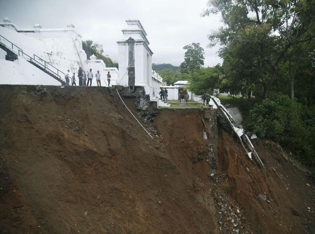 Makam Raja Mataram di Imogiri Longsor