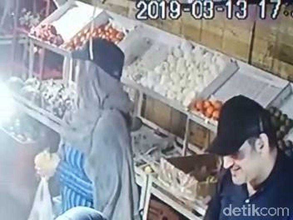Sepasang Bule Terekam CCTV Curi Uang dari Toko di Pasuruan