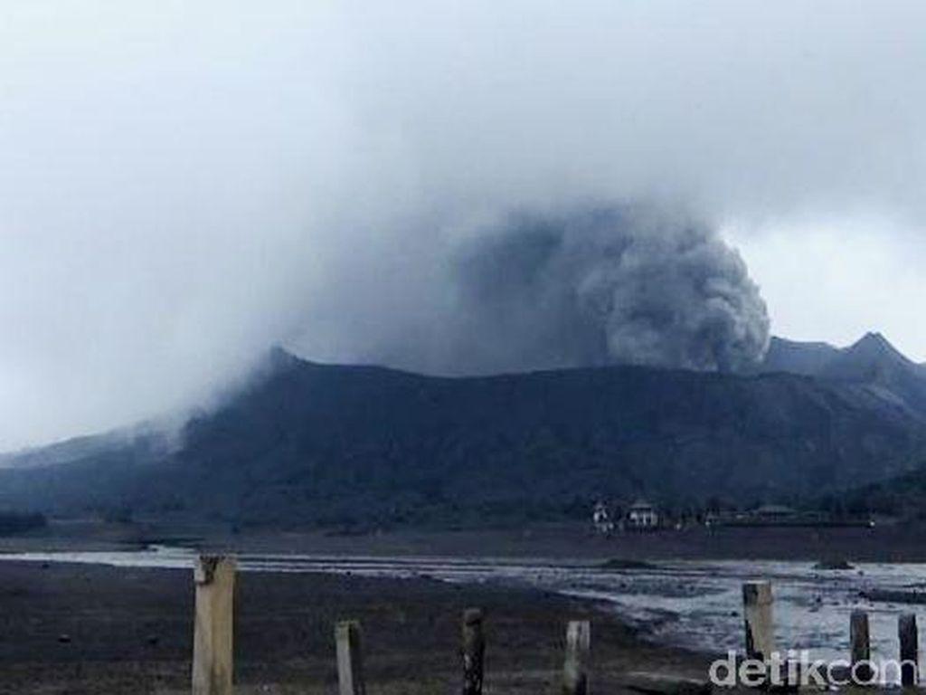 Limpasan Air Mengalir Deras saat Bromo Semburkan Abu Vulkanik
