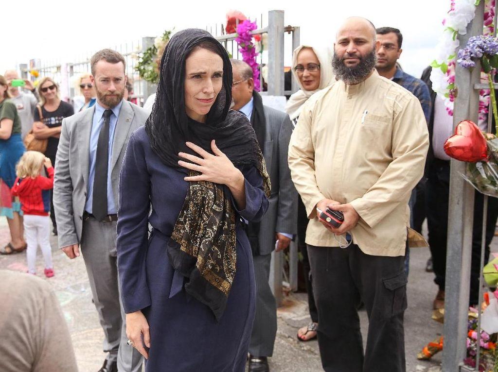 Potret PM New Zealand Pakai Kerudung Hormati Korban Penembakan di Masjid