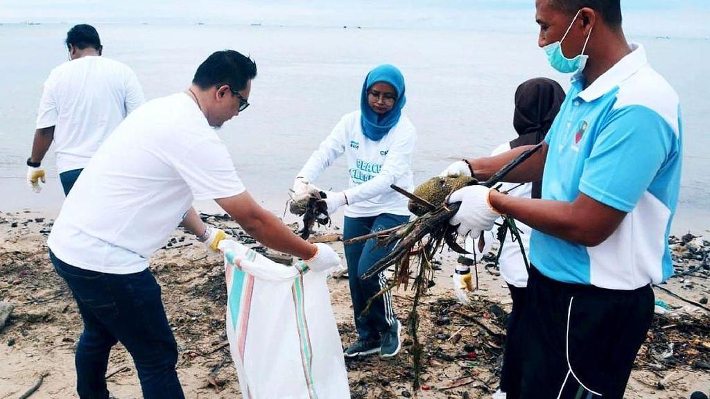 Aksi Bersih-bersih Pantai Pelajar SMA di Balikpapan