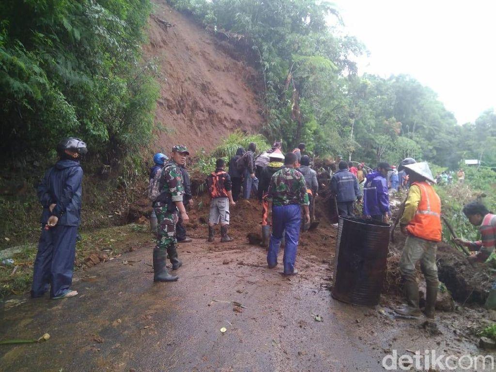 Tebing 15 Meter Longsor, Jalur Wisata Dieng Putus Total
