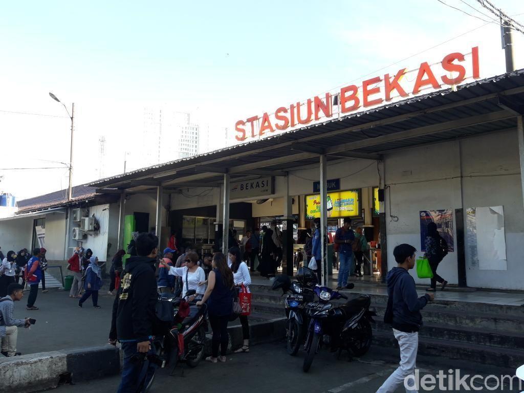 Suasana Penumpukan Penumpang di Stasiun Bekasi Akibat DDT