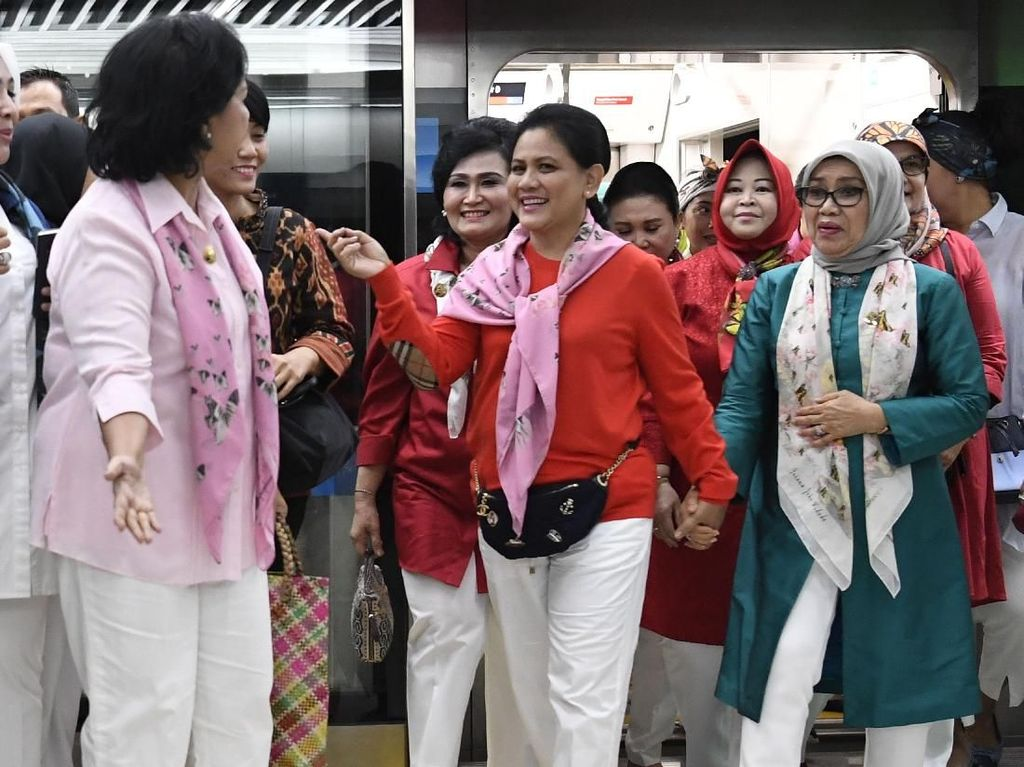 Jajal MRT, Iriana Jokowi Pakai Scarf Bertulisan Namanya dan Tas Chanel