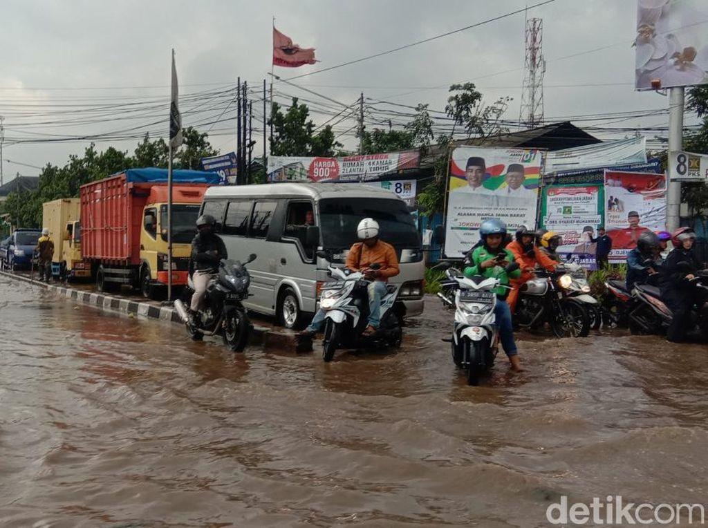 Jalan Gedebage Terendam Banjir, Sejumlah Kendaraan Mogok