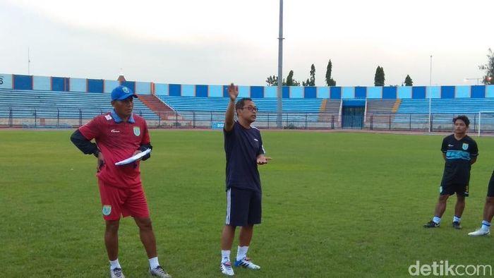 Pelatih Persela Lamongan Aji Santoso (Tengah) saat memimpin latihan. (Foto: Eko Sudjarwo/detikcom)