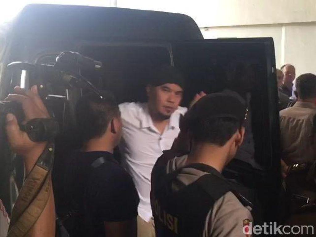 Dititipkan ke Mulan, Dhani Tulis Surat Kangen untuk Prabowo