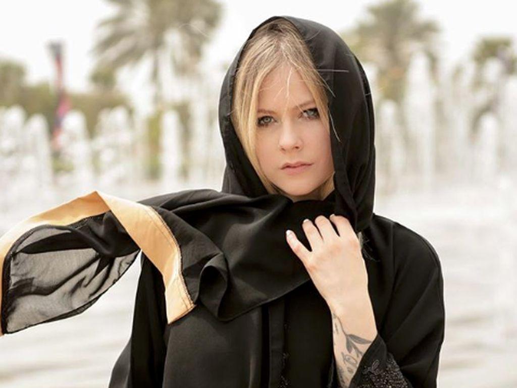 Tampil Berkerudung, Avril Lavigne Bikin Netizen Terpesona