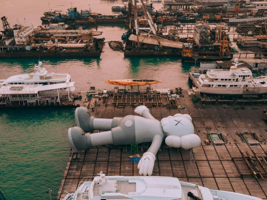 Patung Raksasa KAWS Mengapung di Victoria Harbour Hong Kong
