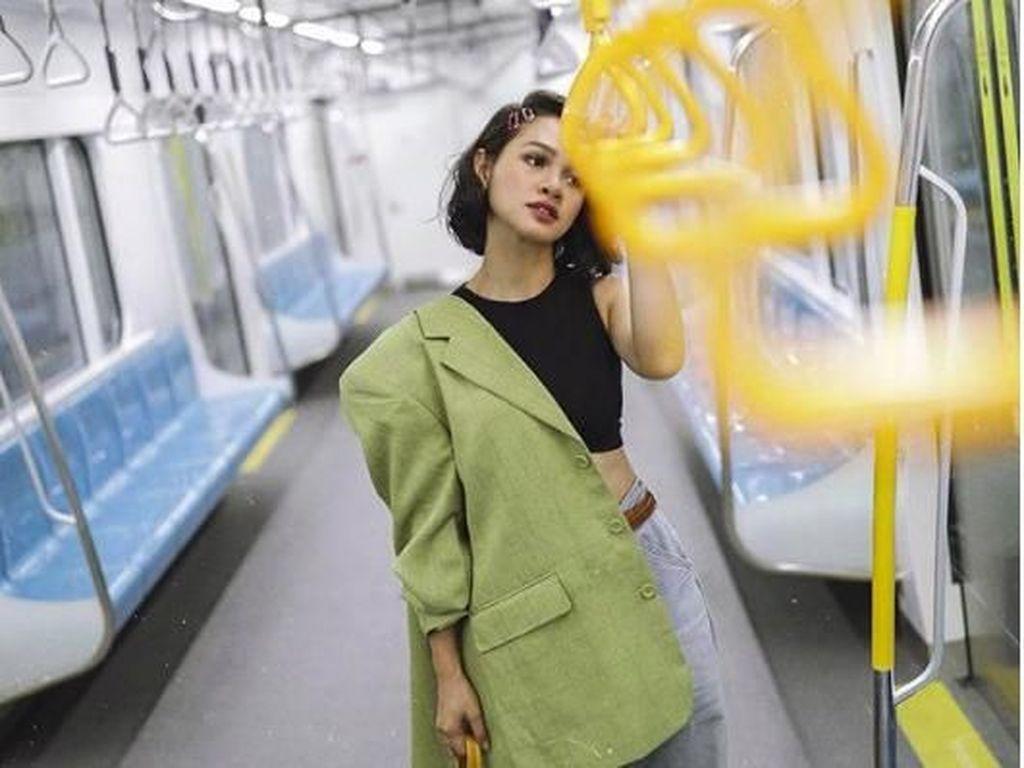 Gaya Kece Andien Naik MRT Banjir Pujian