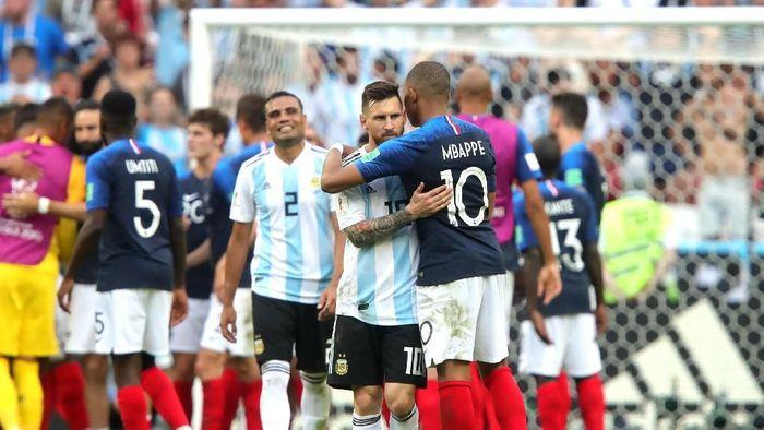 Kylian Mbappe dan Lionel Messi bersaing memperebutkan sepatu emas Eropa (Alexander Hassenstein/Getty Images)
