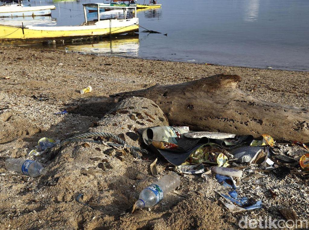 Sampah Plastik Ancam Keindahan Pulau Messah