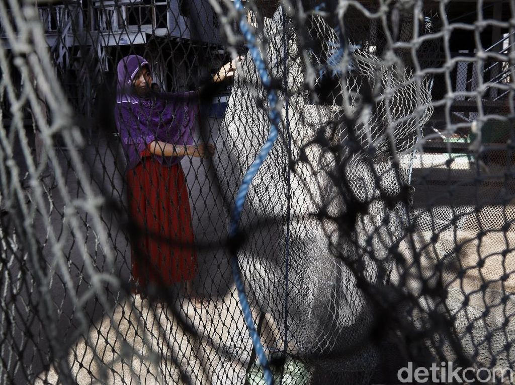 Aktivitas Emak-emak Pulau Messah Merajut Jaring Ikan