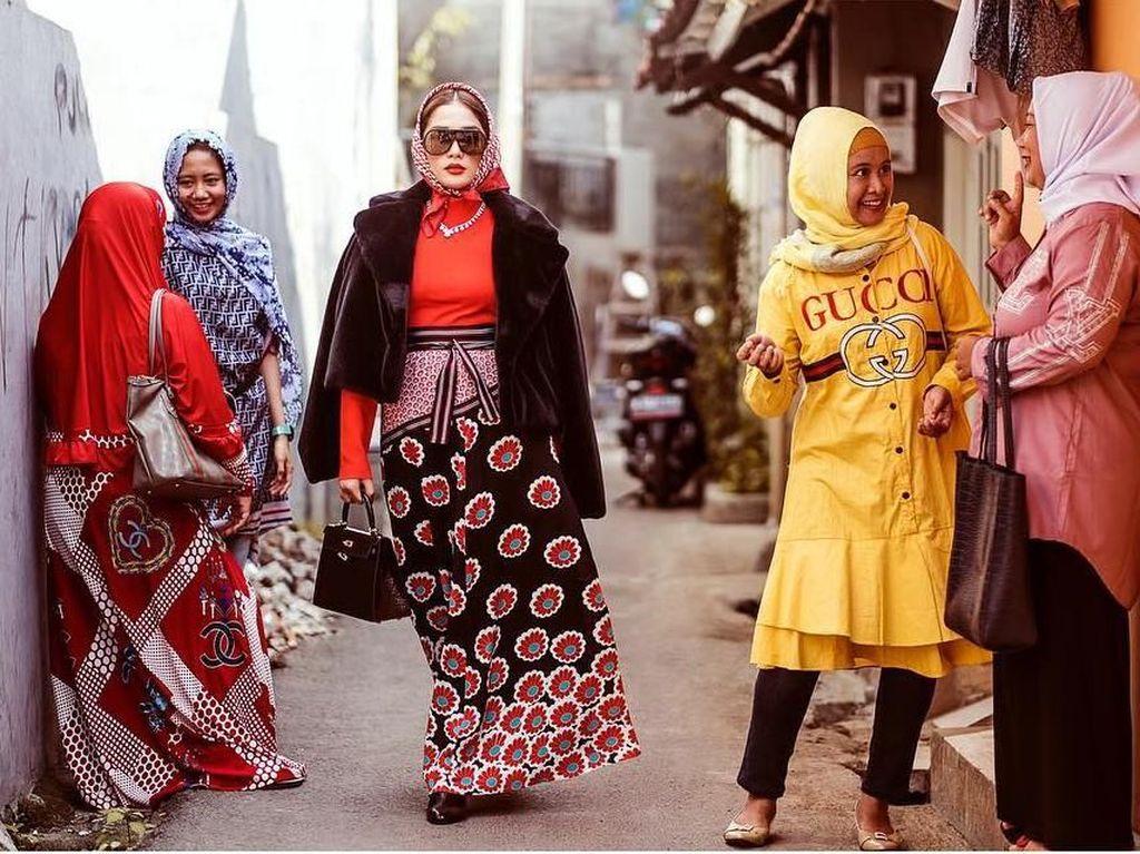 Ussy Sulistiawaty Pakai Barang Mewah di Gang Sempit, Gayanya Jadi Viral