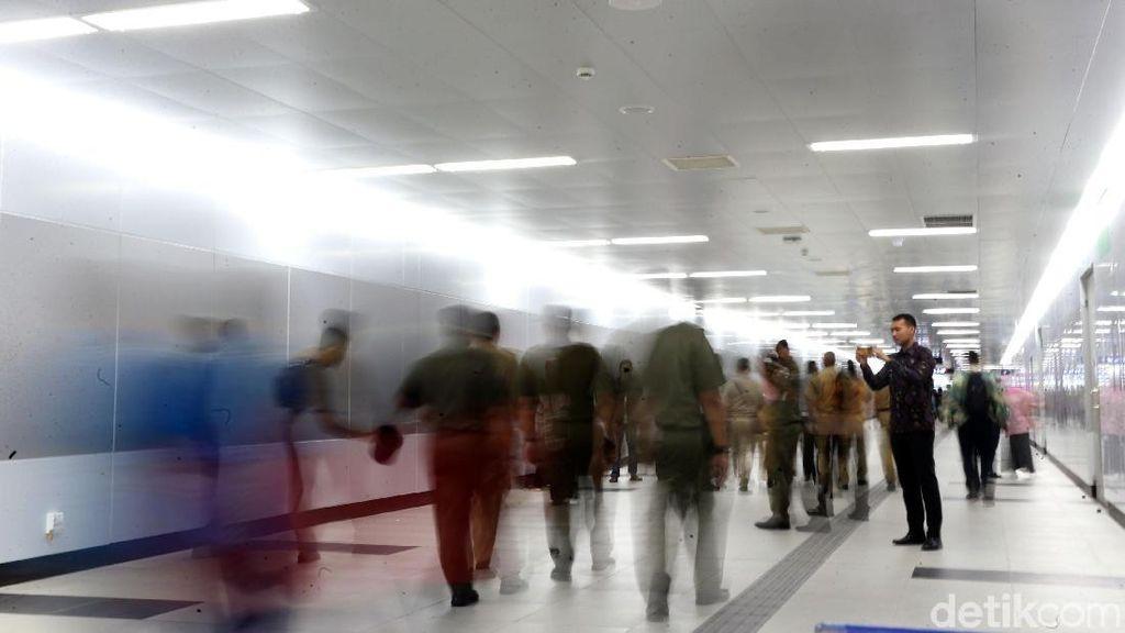 Begini Ramainya Stasiun MRT yang Dipenuhi Warga Jakarta
