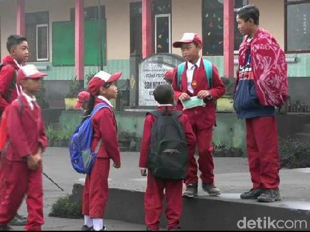 Tanpa Masker, Para Siswa Tetap Sekolah di Tengah Abu Vulkanik Bromo