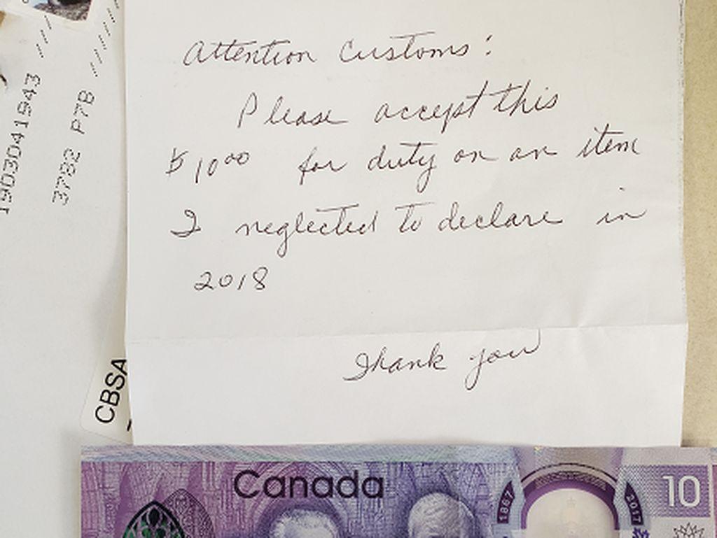 Barang Paling Aneh yang Diterima Petugas Bea Cukai Kanada