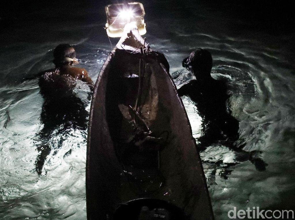 Tombak Jadi Andalan Warga Mencari Ikan di Malam Hari