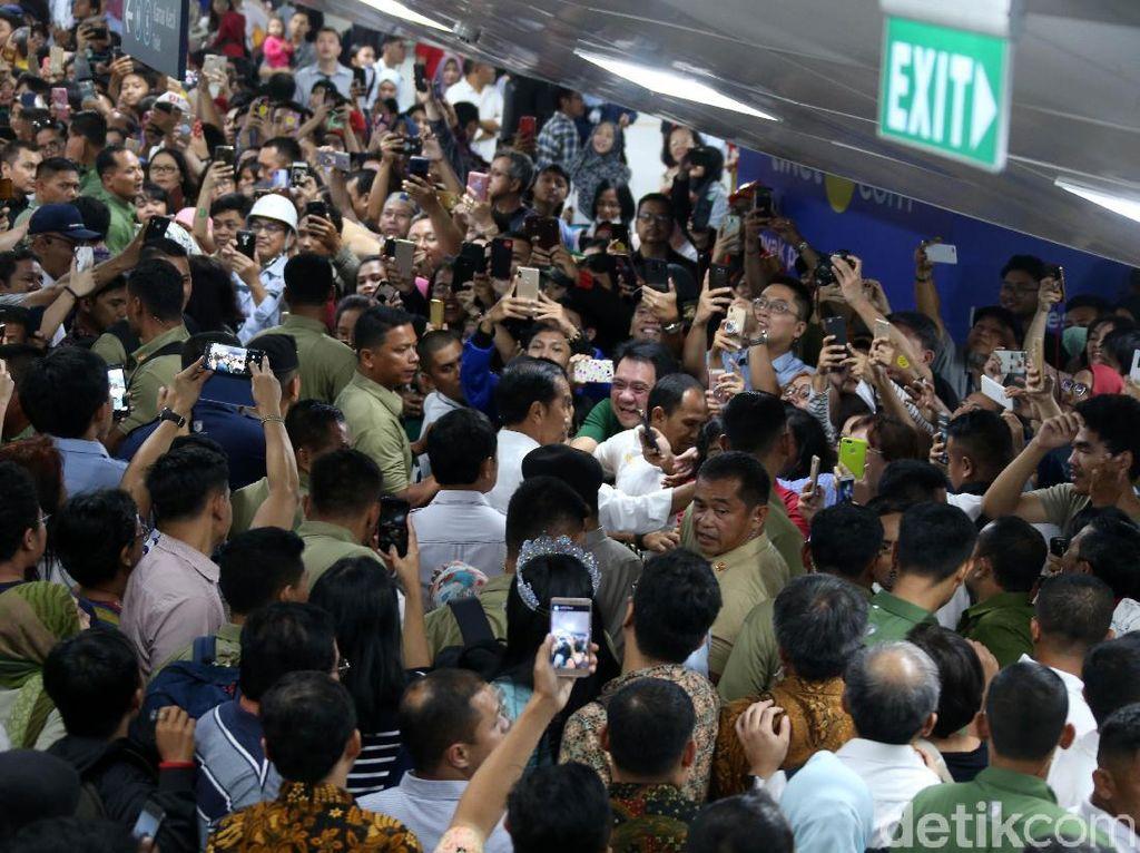 Momen Jokowi Diserbu Warga saat Jajal MRT