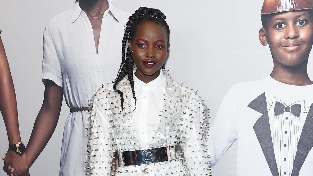 Gaya Chic Lupita Nyongo  dengan Dress Transparan