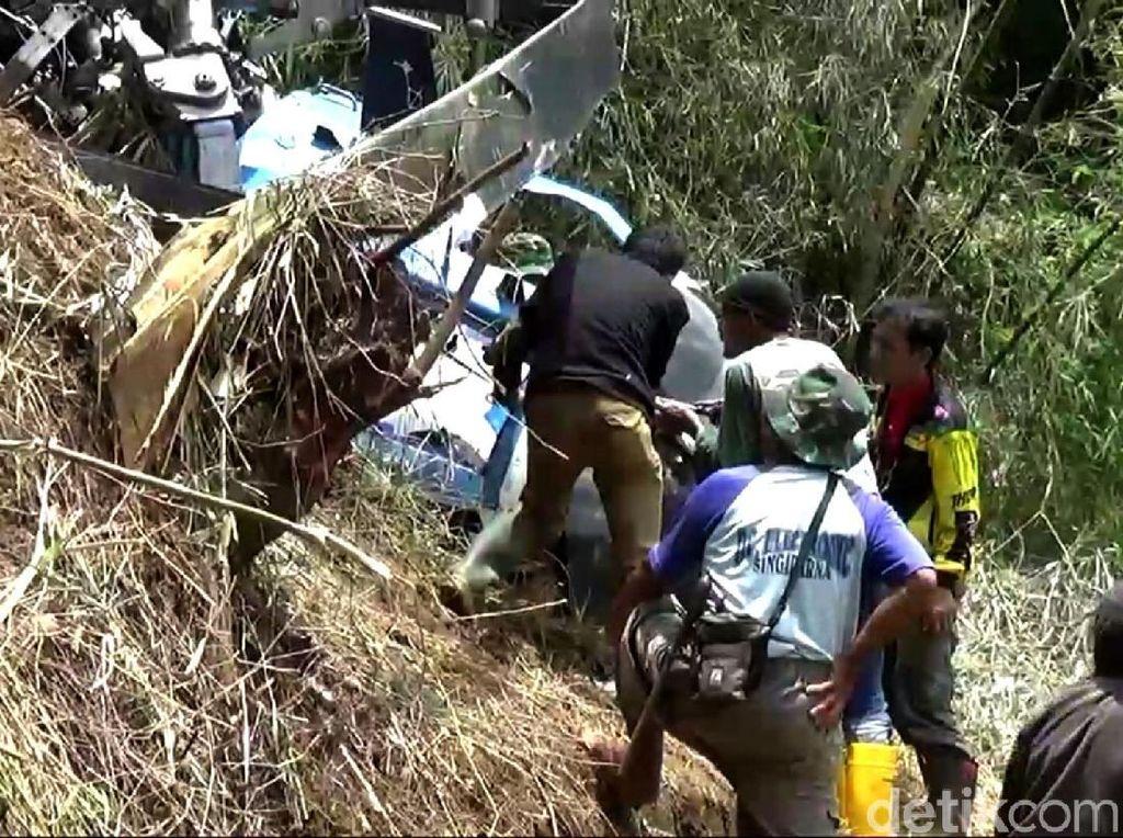 Warga Bantu Evakuasi Bangkai Heli yang Jatuh di Tasik
